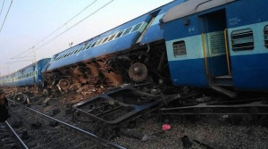 Manikpur: Derailed coaches of Vasco Da Gama-Patna express train near Manikpur railway station in Manikpur Uttar Pradesh on Friday. PTI Photo(PTI11_24_2017_000004B)