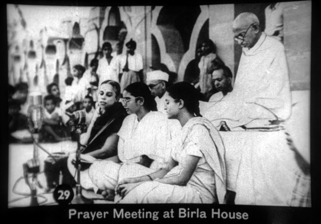 Prayer_meeting_at_Birla_House_with_Gandhi