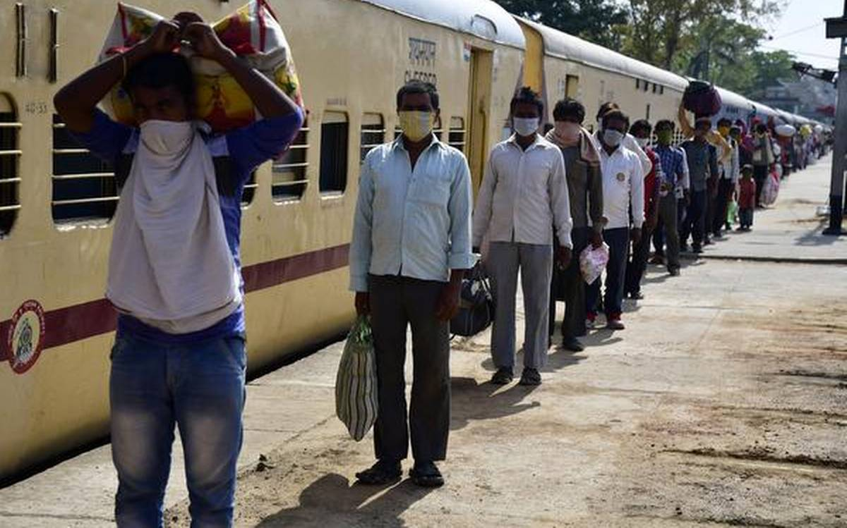 migrants train